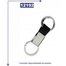 Chaveiro de metal personalizado com detalhe em couro sintético e duas argolas. 12192